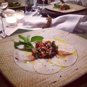 Carpaccio de pupunha com vinagrete de brócolis e shimejis