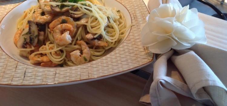 Spaghetti cítrico com camarões e alcaparras