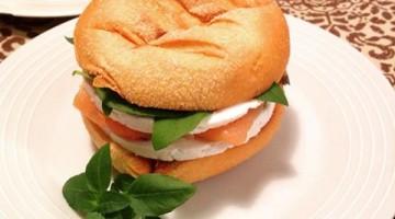 Pão de milho com salmão e ricota