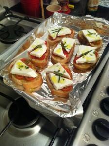 Crostinis de tomates com queijo branco