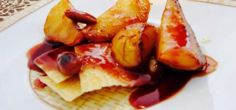 Pera grelhada com calda de frutas vermelhas e queijo grana
