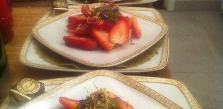 Salada de morangos com flores secas