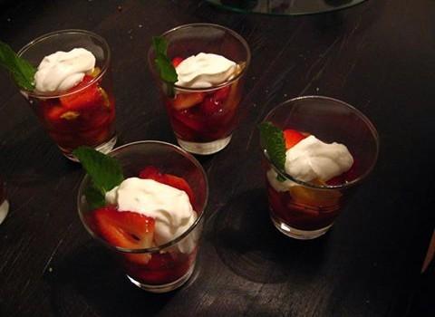 Taças com morangos picantes e chantilly