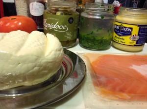Mini sanduba de pão australiano com queijo fresco e salmão marinado