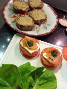 Mini sanduba de pão australiano com queijo fresco e salmão marinado I