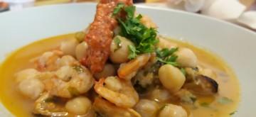 Ensopado de grãos de bico com camarões e mariscosI