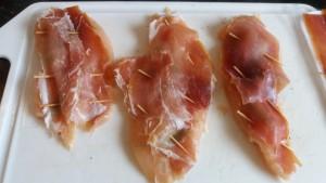Filés de frango com presunto cru e sálvia